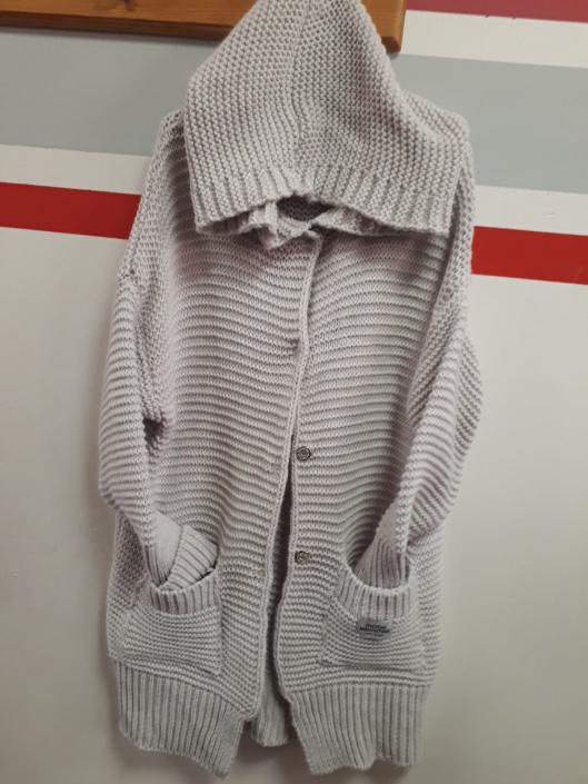 Dlouhý svetr béžový se zapínáním a kapucí