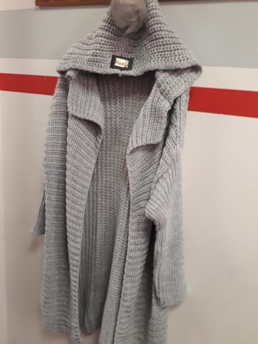 Dlouhý svetr světle šedý s kapucí