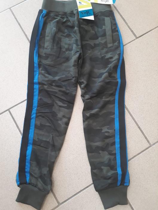 KUGO, chlapecké maskáčové tepláky s modrým pruhem (tmavé)